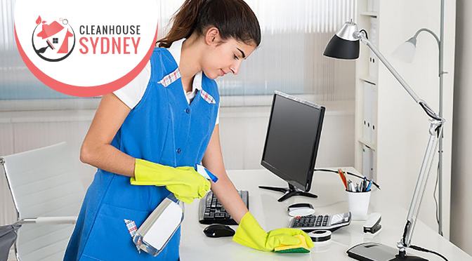 How Commercial Cleaners Effectively Clean Office Desks?